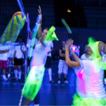 Sportnacht voor Afrika - Volleyballspelers in blacklight
